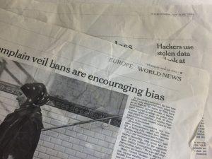 おしゃれな包み紙と思ったら、本物の英字新聞だった。