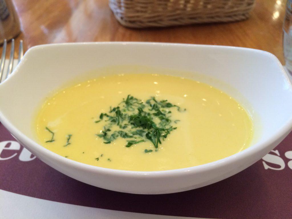 冷たいコーンスープ。緑のはなんだろう。シソ…?ではないと思うけどなんだかわからない…