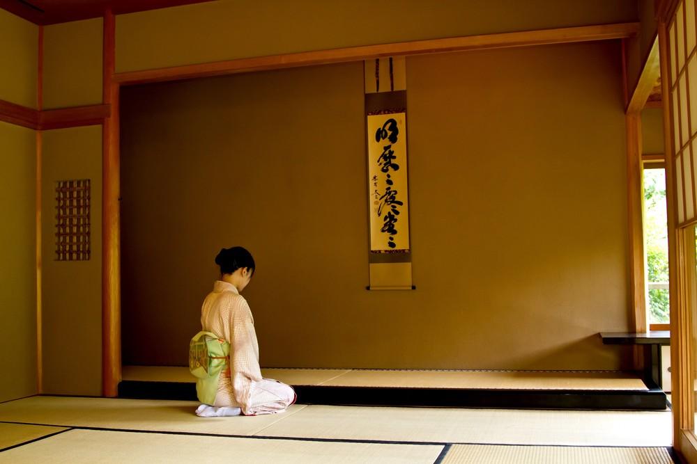 https---www.pakutaso.com-assets_c-2015-05-N784_kakejikunomaedeseizasurumiboujin-thumb-1000xauto-14252