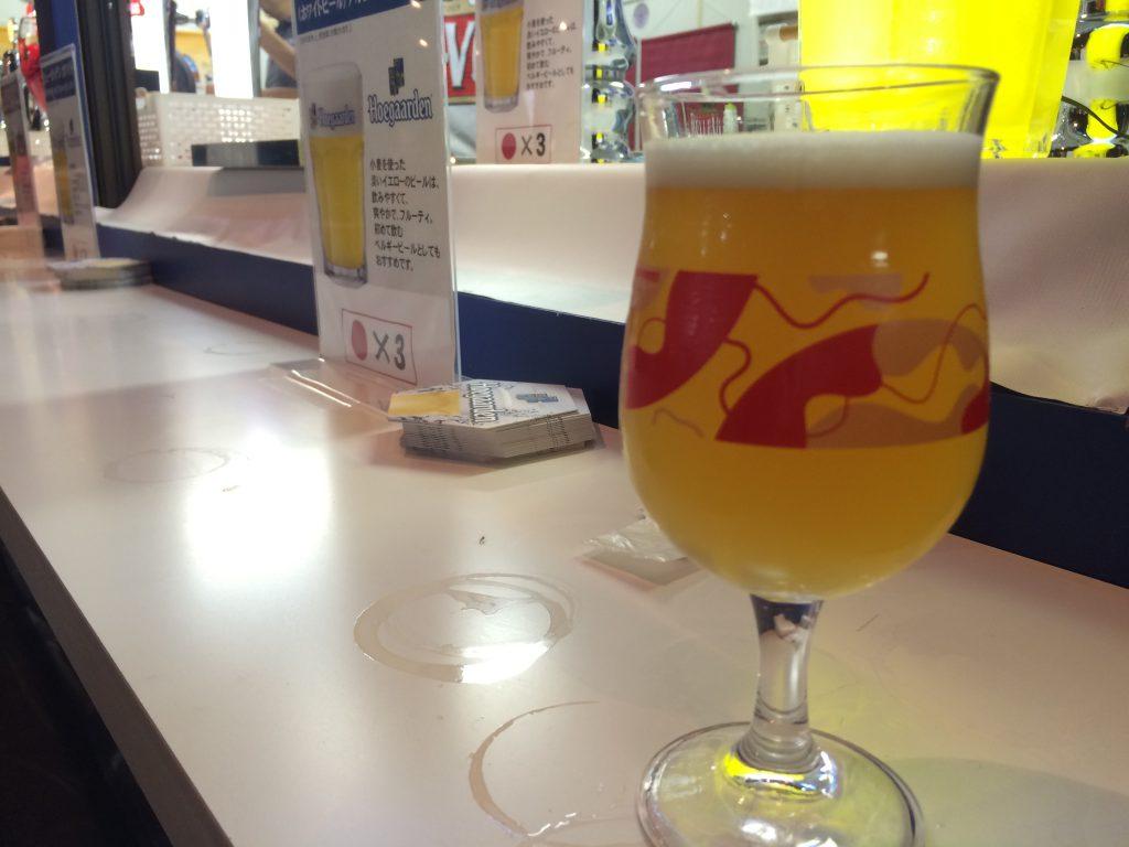 オリジナルグラスにビールを注いでもらうスタイル。(グラス洗うのが楽しい。)※中身はヒューガルデンではないです