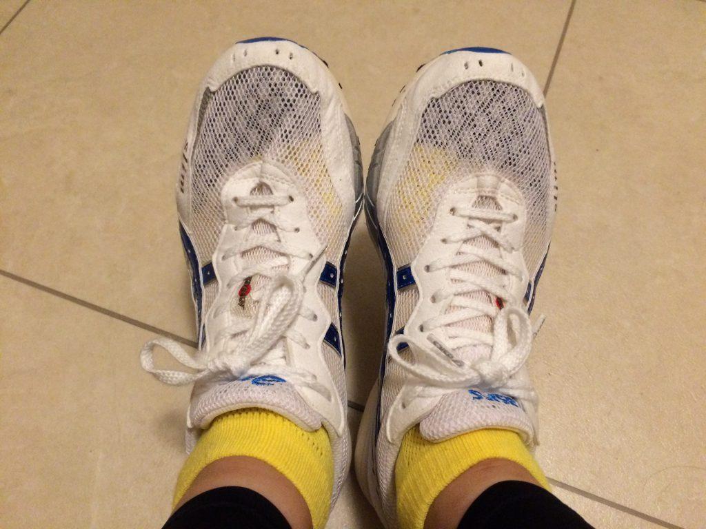 通気性のよいメッシュはスケスケ。靴下丸見えです…。