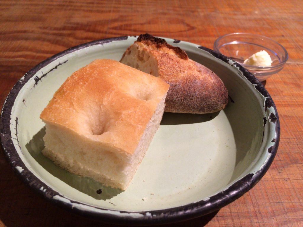 2種類のパン。ミルキーなバターと一緒に。