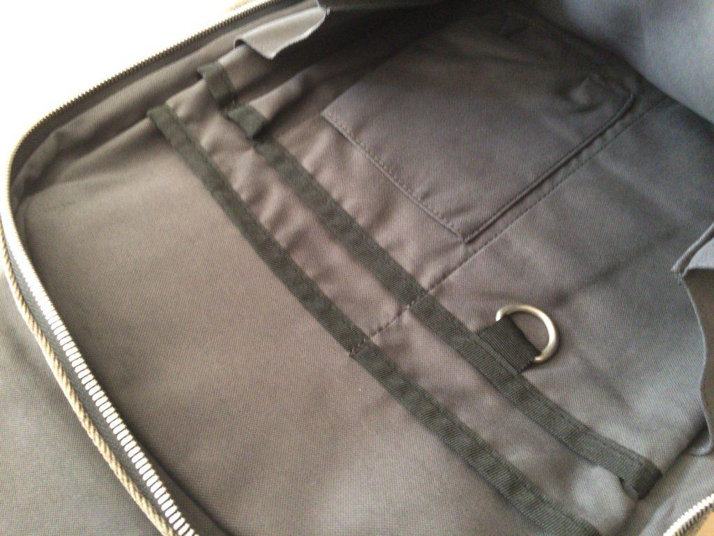 大小さまざまなポケットつき。キーリングまでついてます。バッテリーやケーブル、ペンなどを入れて迷子になりにくい。