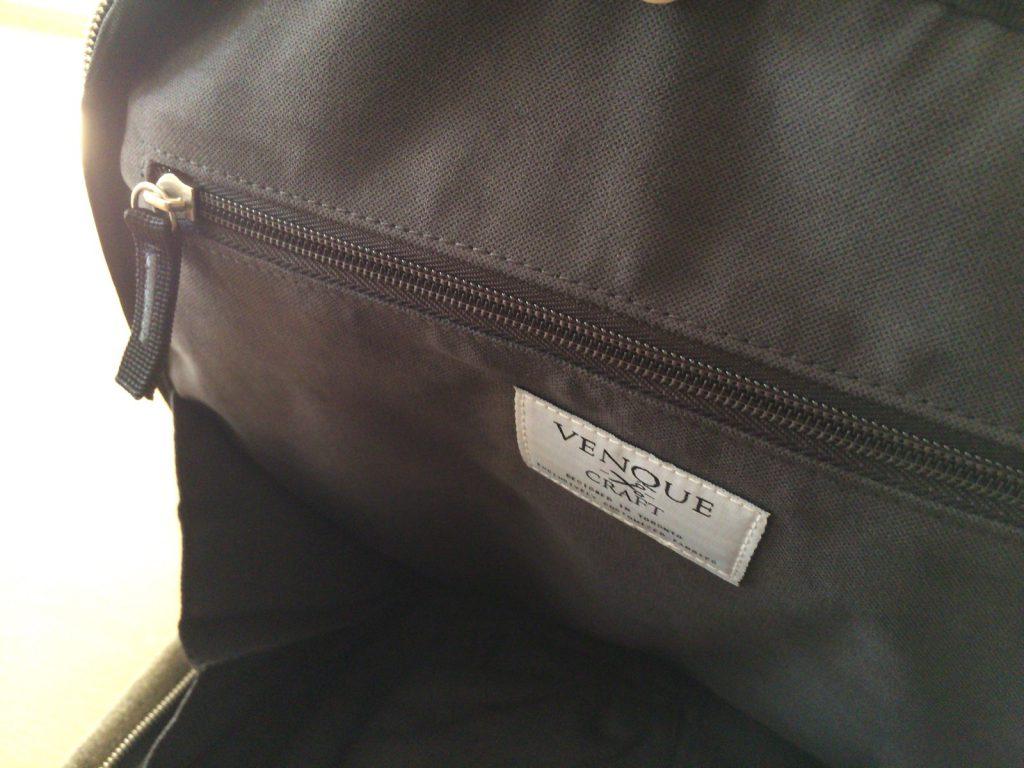 逆サイドにはファスナー付のポケットが一つあります。貴重品入れかな。私は鍵をここに入れてます。