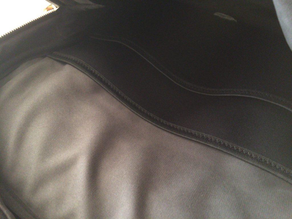背中に当たる部分にPCを入れるポケットがあります。ポケットが2重になってるのは、PCとiPadとか入れる想定なのか?