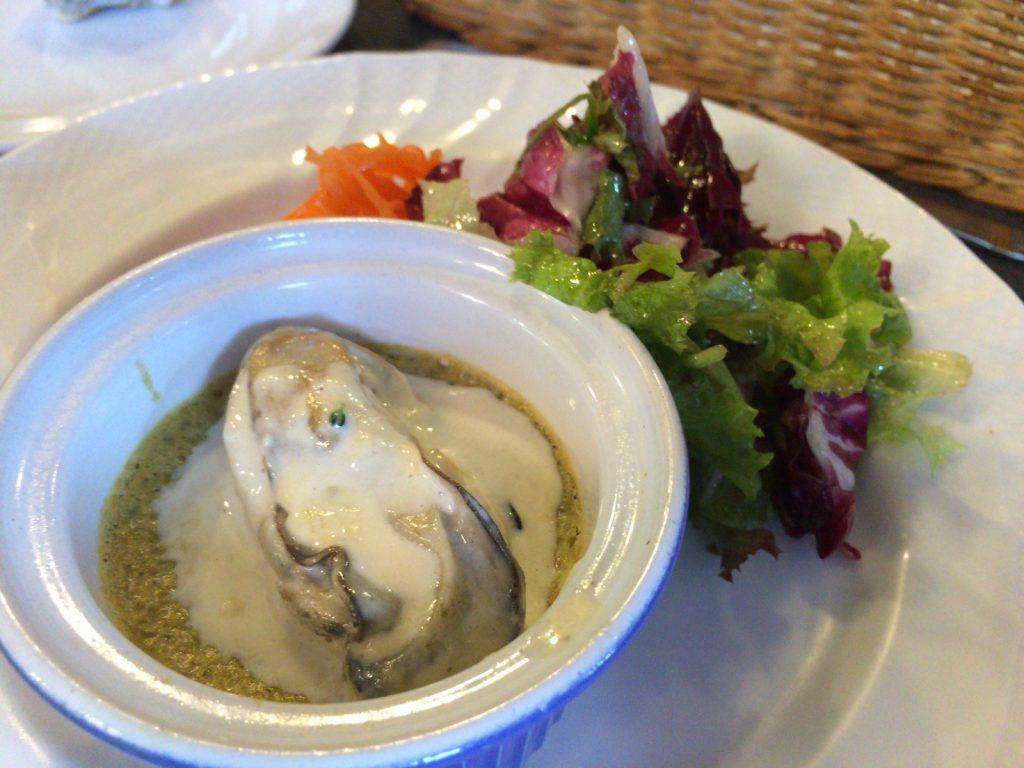 薄い緑色の「フラン」に火の通った牡蠣が一粒。