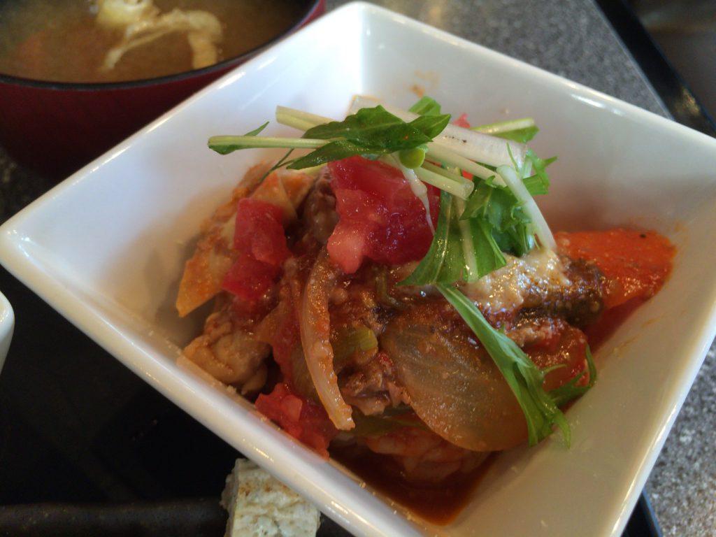 トマト中心に野菜と牛筋の煮込み丼