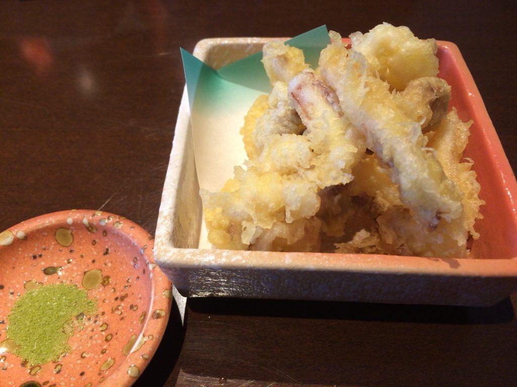 揚げたての天ぷら。抹茶塩で!