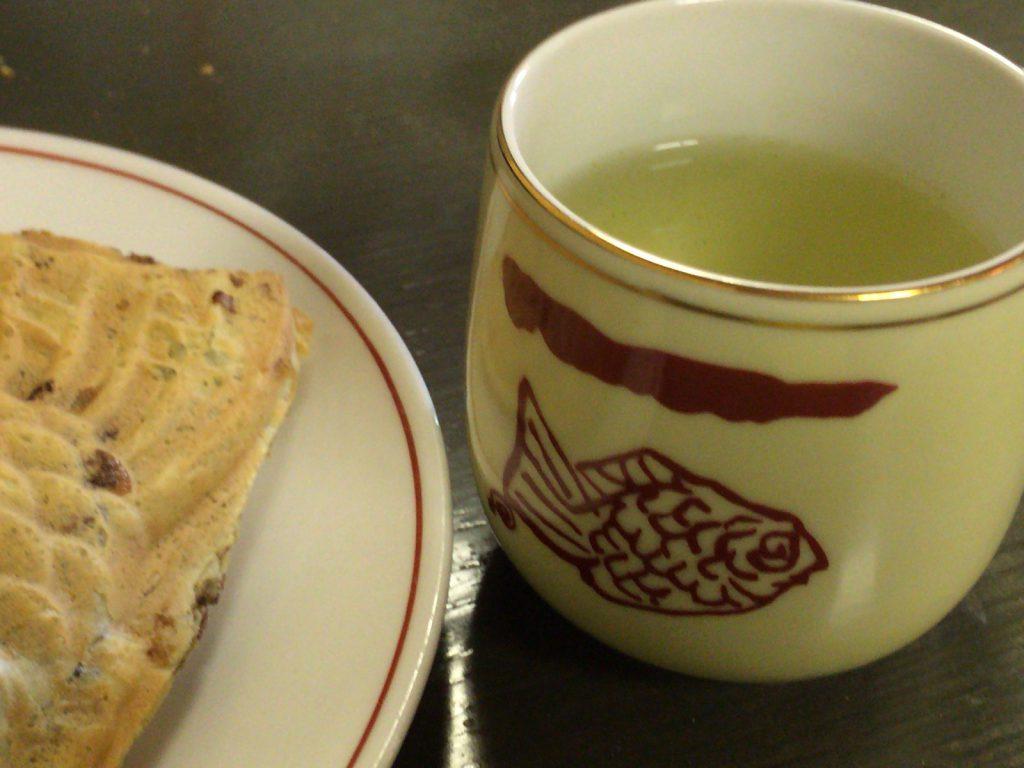 セルフで飲めるお茶碗もオリジナルらしい鯛柄。