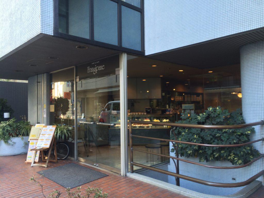 ガラス張りの「ケーキ屋さん」という感じのお店です。