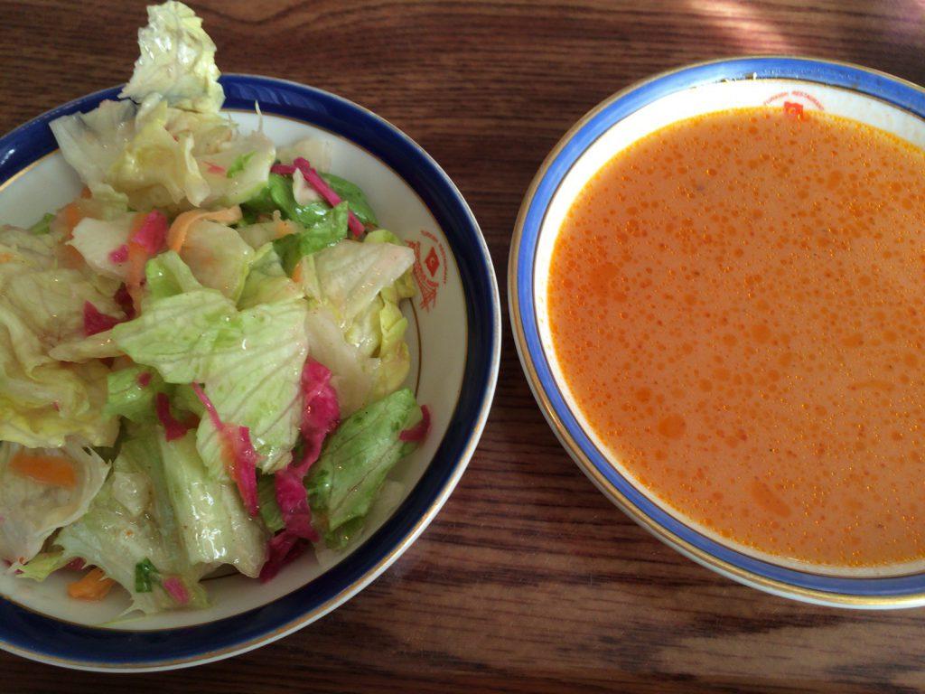 サラダとスープ。サラダはドレッシングがしっかり絡まってておいしい。