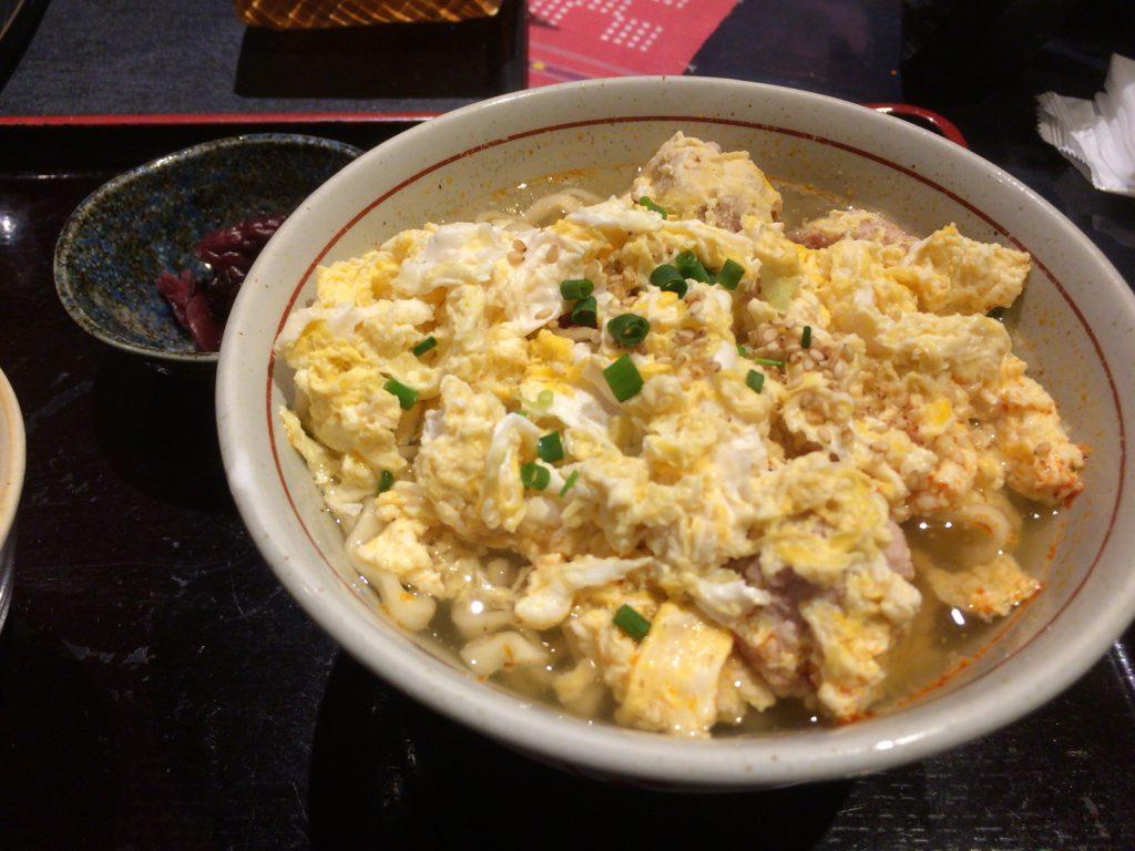 たっぷりの卵とひき肉の下に、沖縄そばが隠れてます