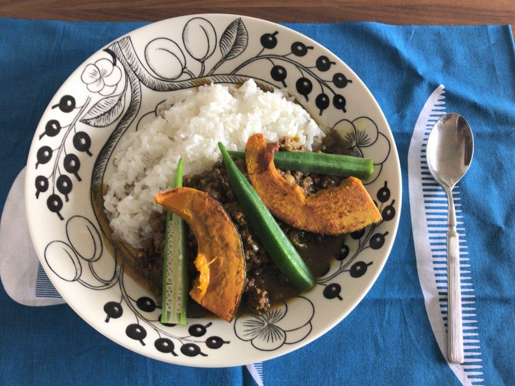 野菜たっぷりドライカレー、かぼちゃオクラトッピング