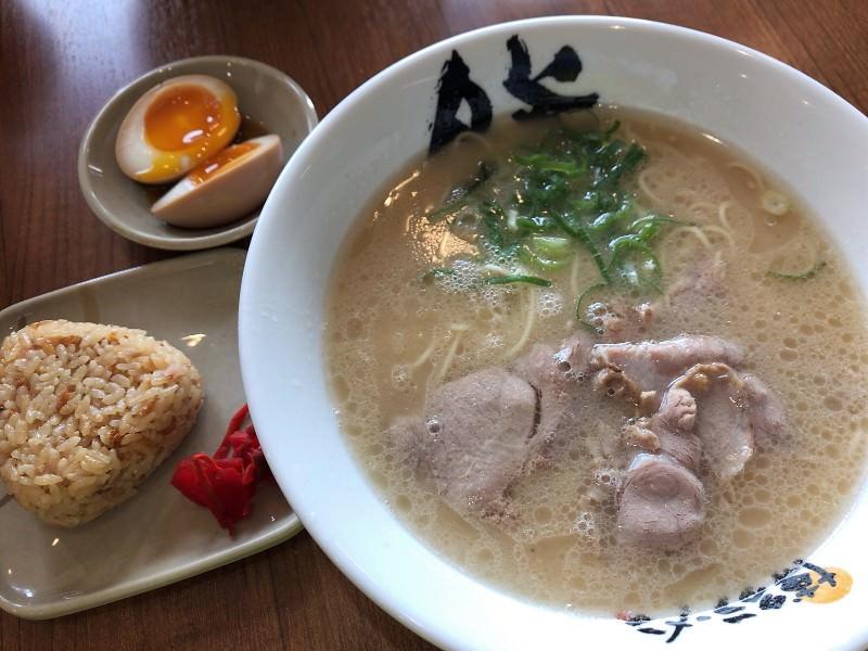 写真:博多ラーメン膳のラーメン、おにぎり、煮卵