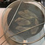 写真:ニトリ 油はね防止ネットで調理しているところ
