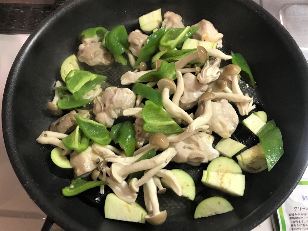 写真:グリーンカレーの作り方 野菜を入れてさらに炒める
