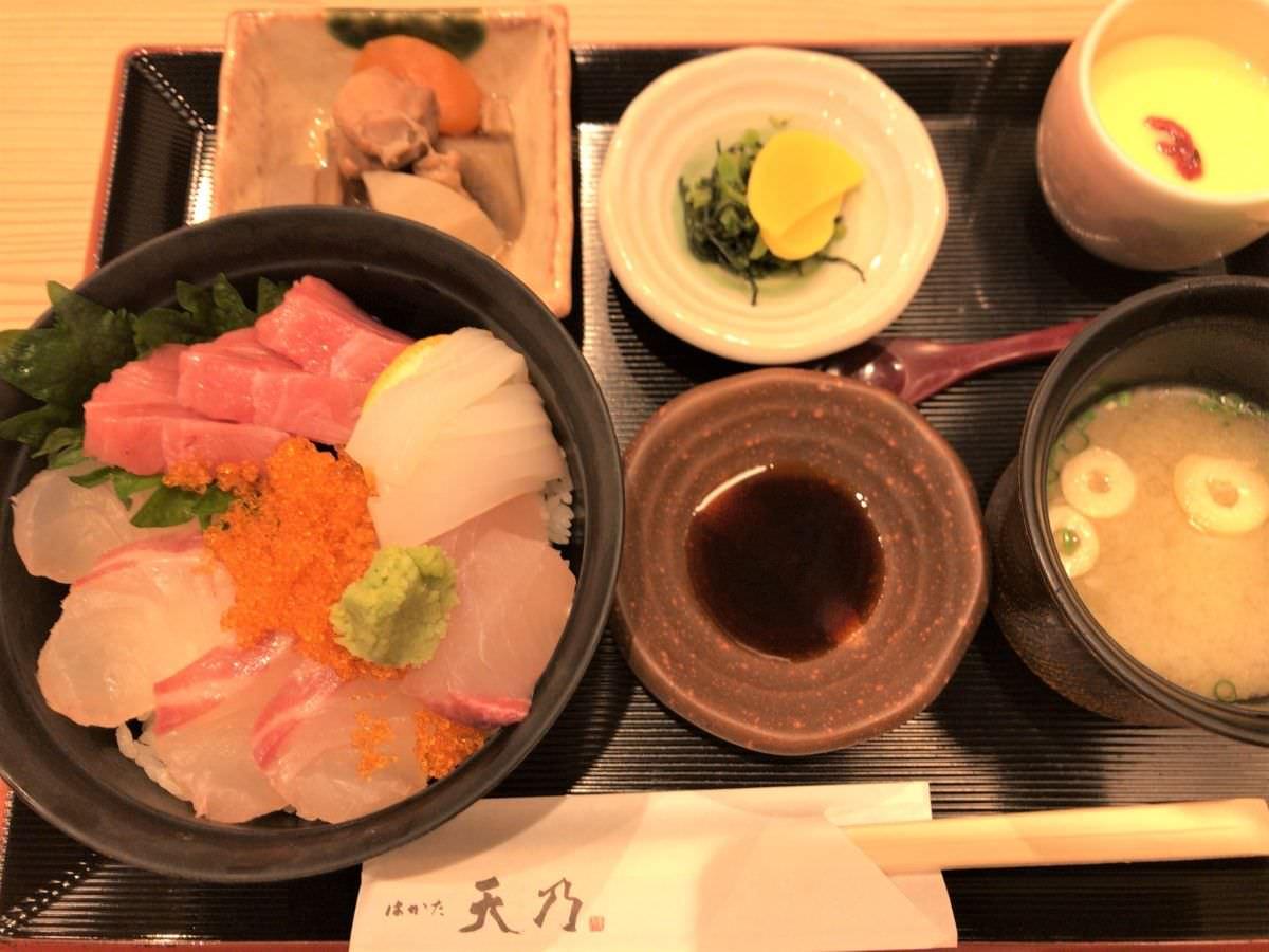 写真:はかた天乃 KITTE店 海鮮丼定食