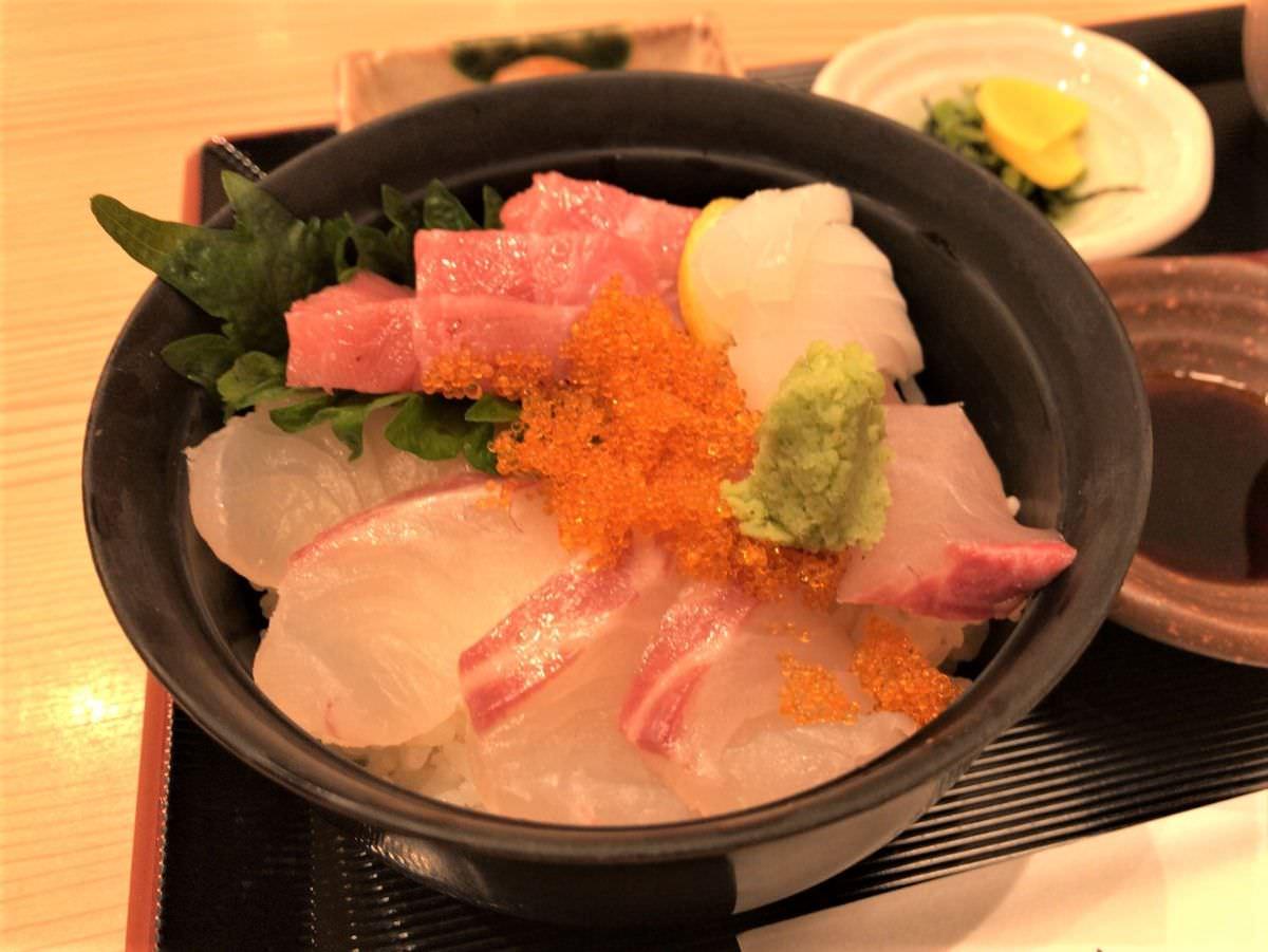 写真:はかた天乃 KITTE店 海鮮丼