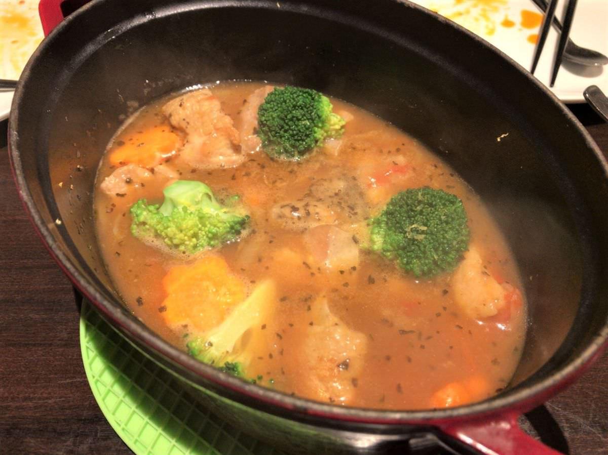写真:AMLA Kitchen 今泉 チキンスパイス煮込み