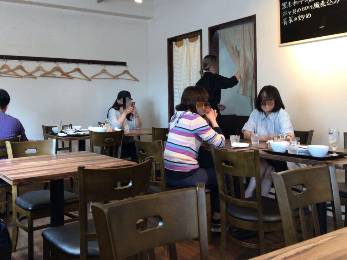 写真:周船寺近くの中華料理店 蓮華 テーブルの様子