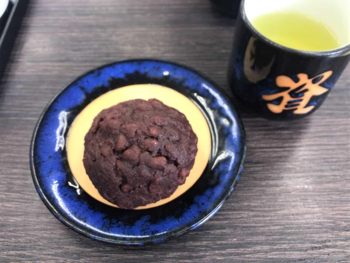 写真:資さんうどん  ぼた餅とお茶