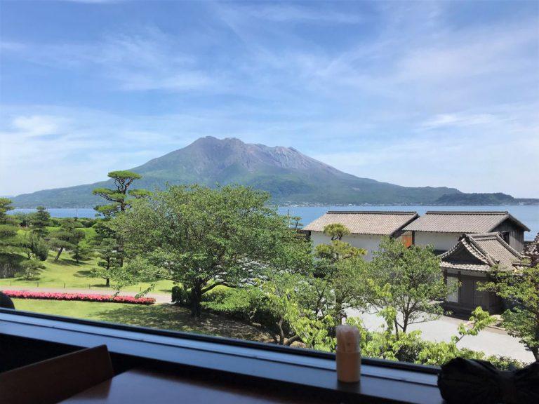 写真:鹿児島 仙厳園 桜華亭 窓から見える桜島