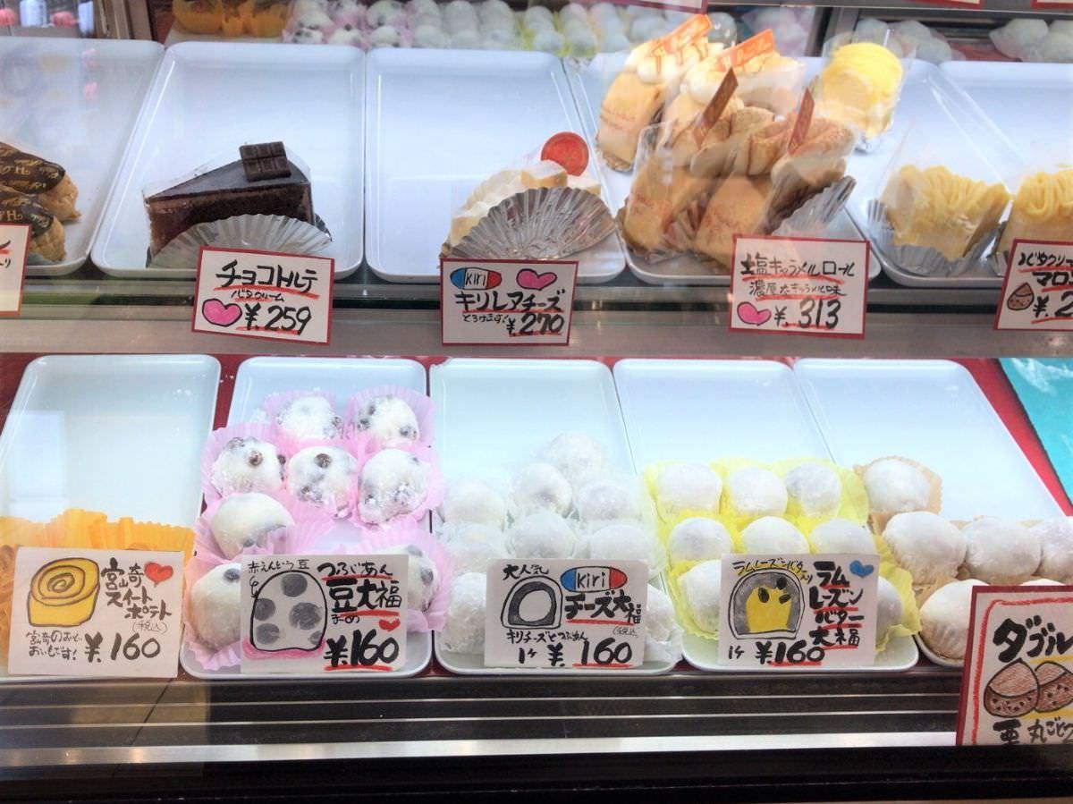 写真:お菓子の日高 お菓子の並ぶショーケース