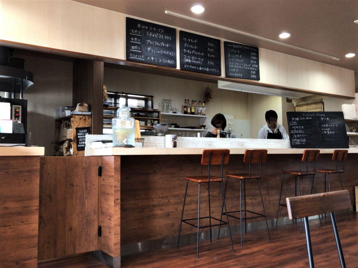 写真:糸島 Kafuwa Coffee カウンターとキッチン