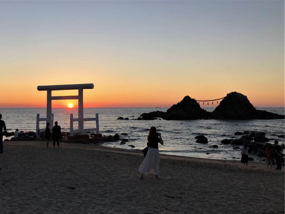 写真:糸島 桜井二見ヶ浦 鳥居と夫婦岩
