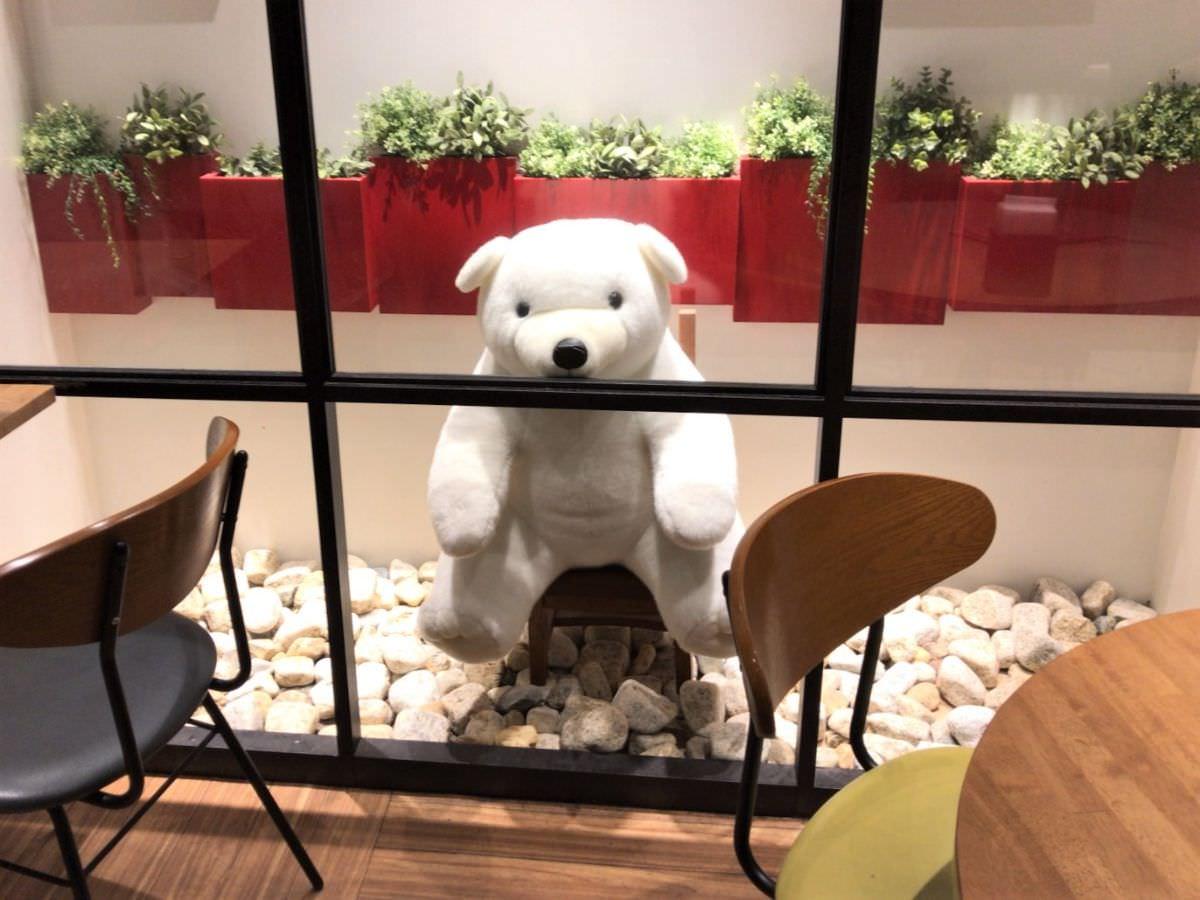 写真:天文館むじゃき 店内の白熊ぬいぐるみ