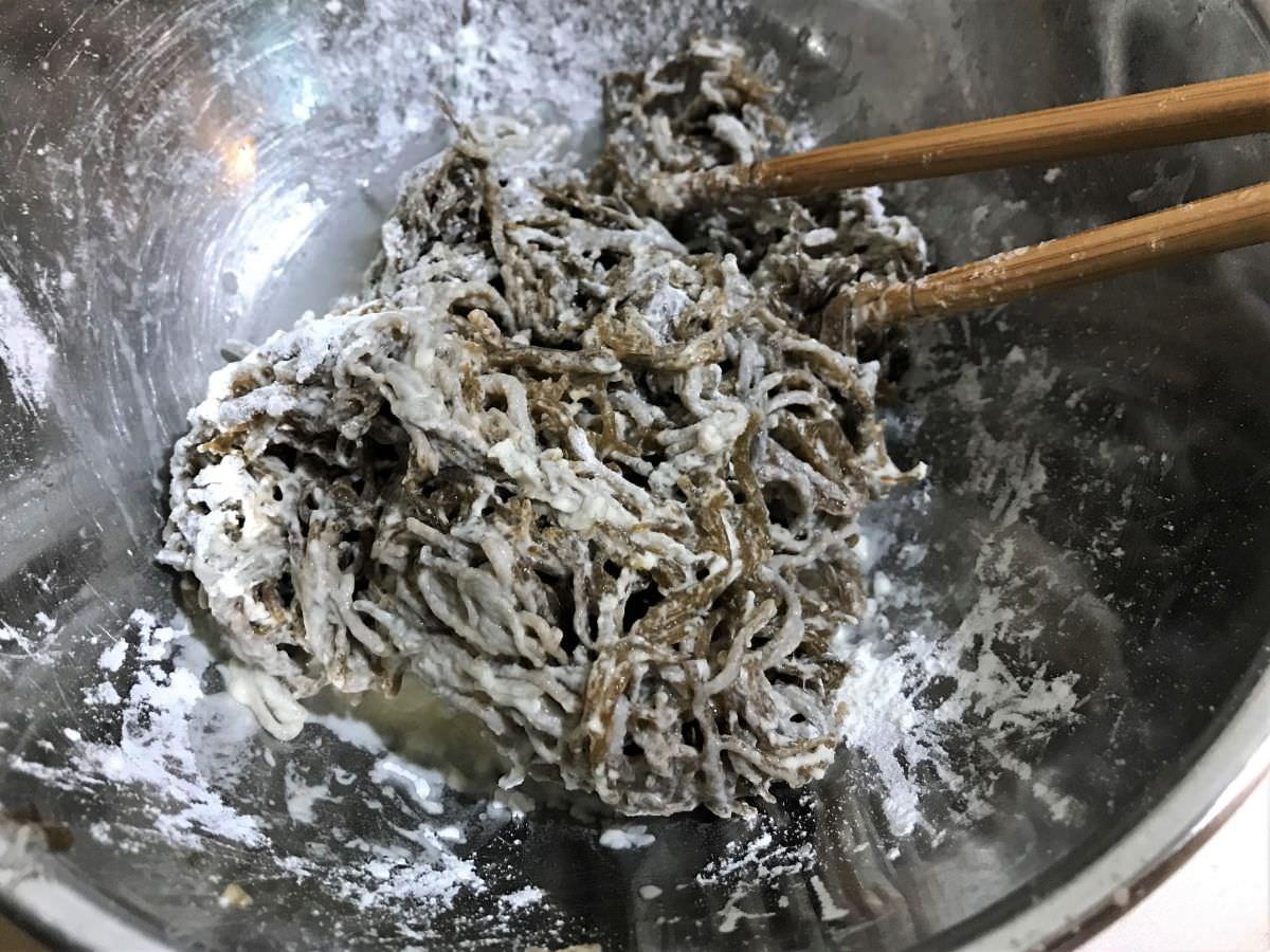 写真:モズクの天ぷらの作り方 てんぷら粉をもずくにまぶす