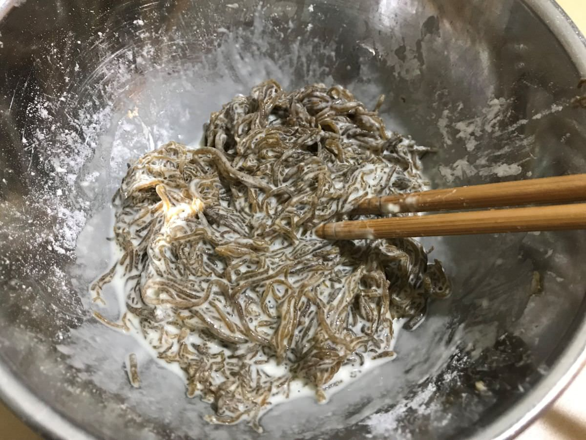 写真:モズクの天ぷらの作り方 水を入れて混ぜる
