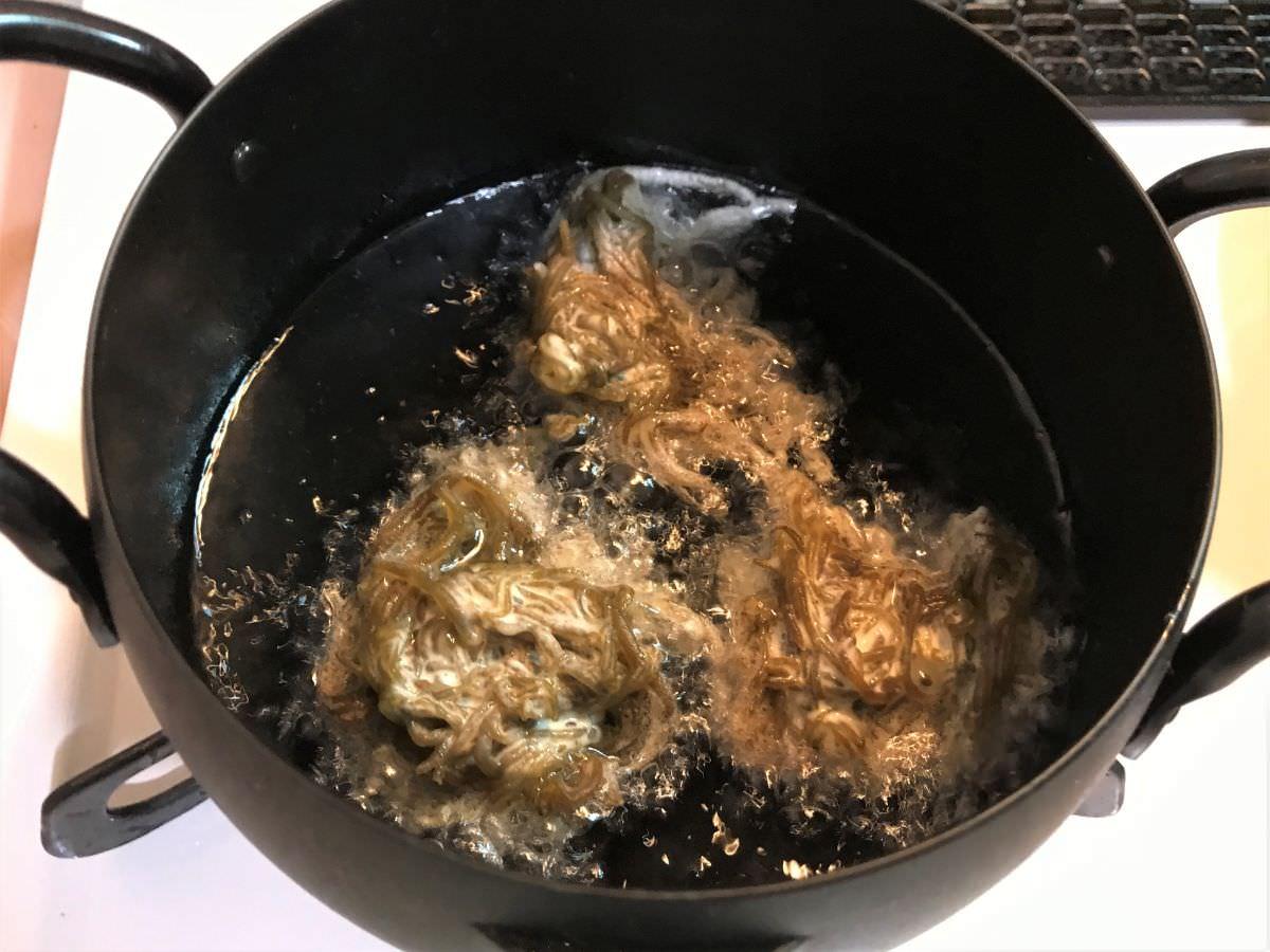 写真:モズクの天ぷらの作り方 油で揚げる