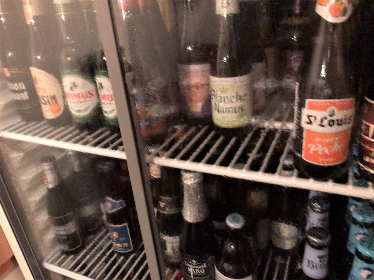 写真:ベースキャンプ ベルギービールたくさん入った冷蔵庫
