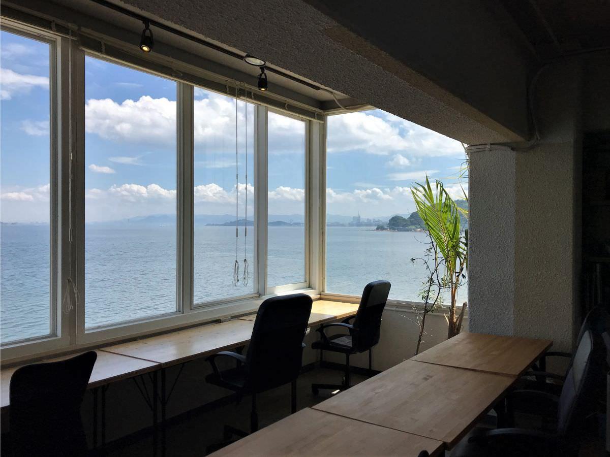 写真:SALT 窓際の席