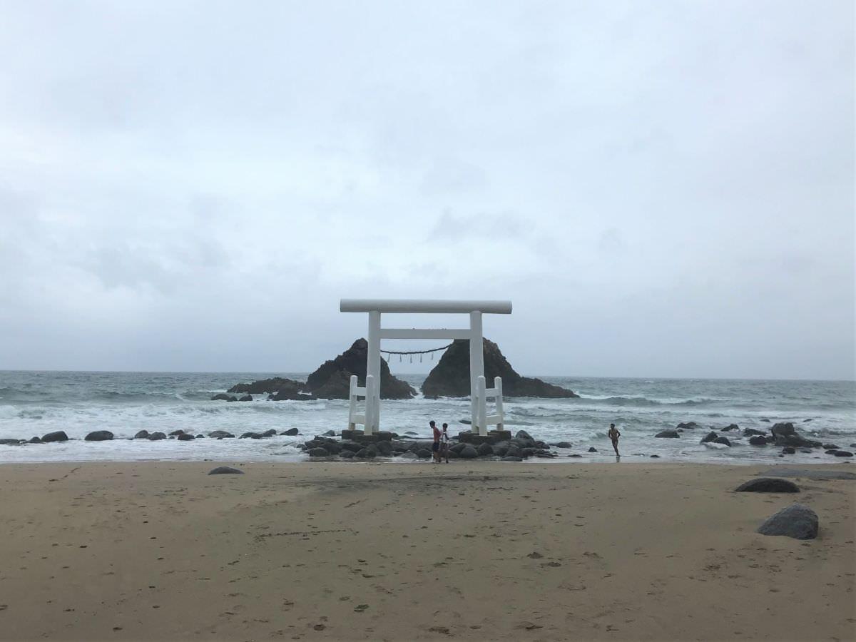 写真:台風の二見ヶ浦 夫婦岩