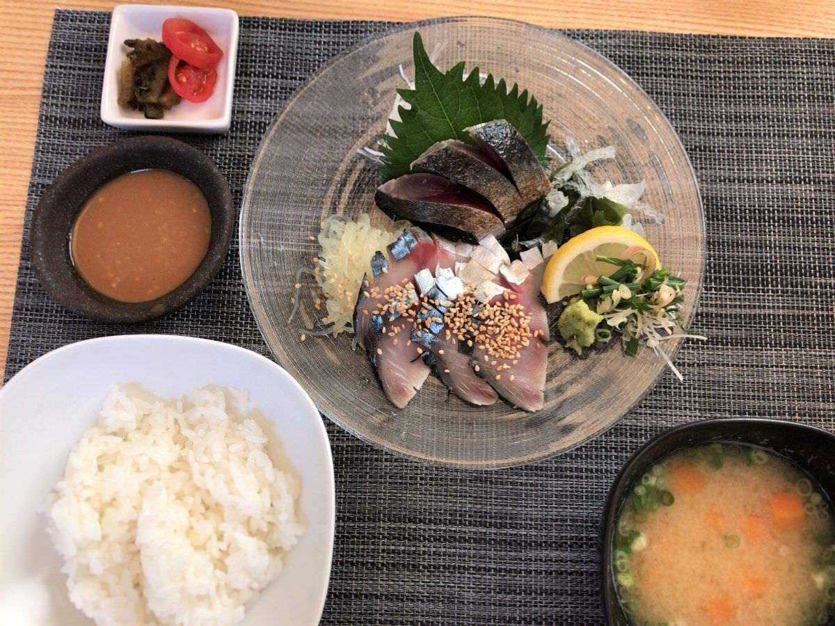 写真:糸島 ごはん屋 朔 ごまサバと、ごはん、味噌汁、漬物