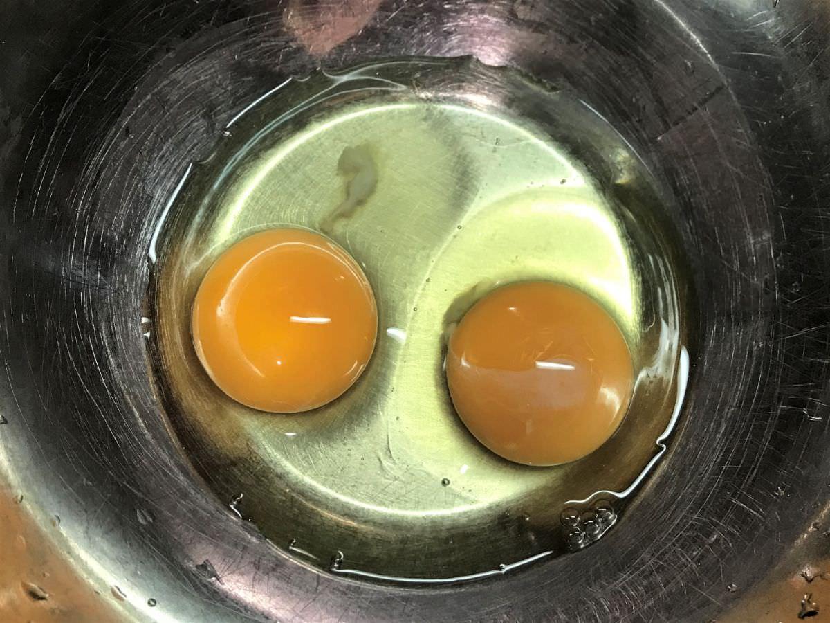 写真:他人丼の作り方 卵2個