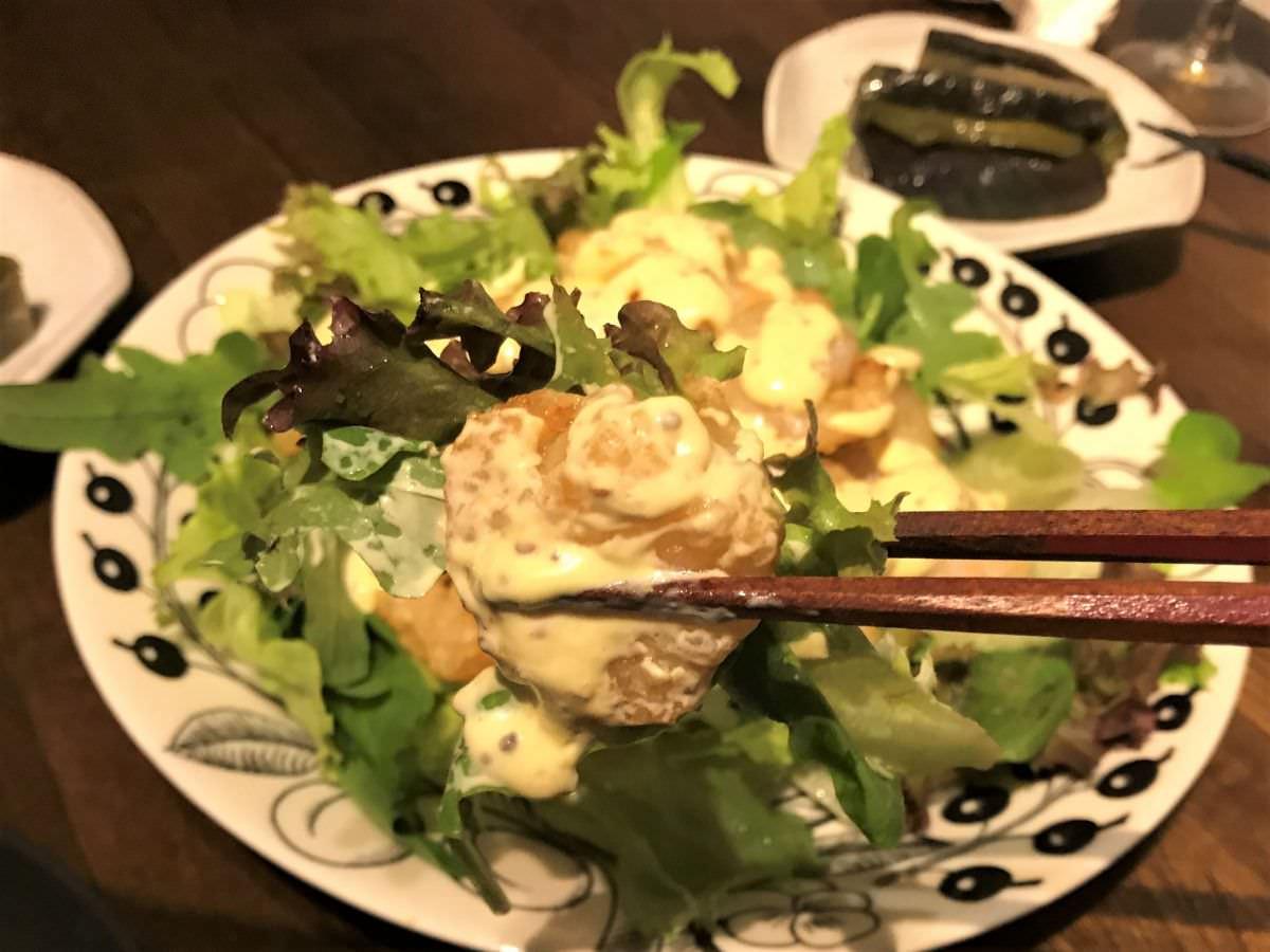 写真:エビマヨを野菜と一緒に食べる