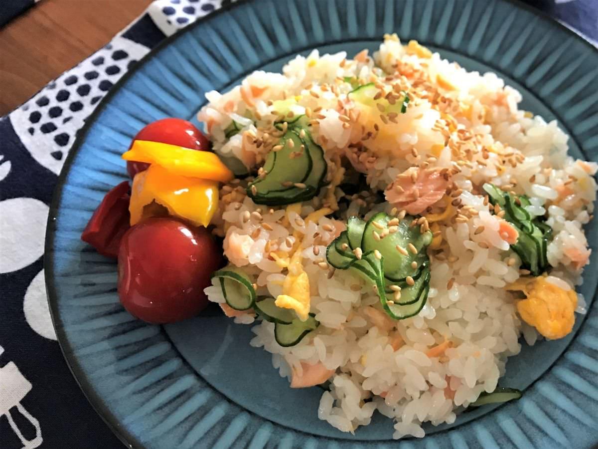 写真:きのう何食べた?より 鮭と卵とキュウリのお寿司