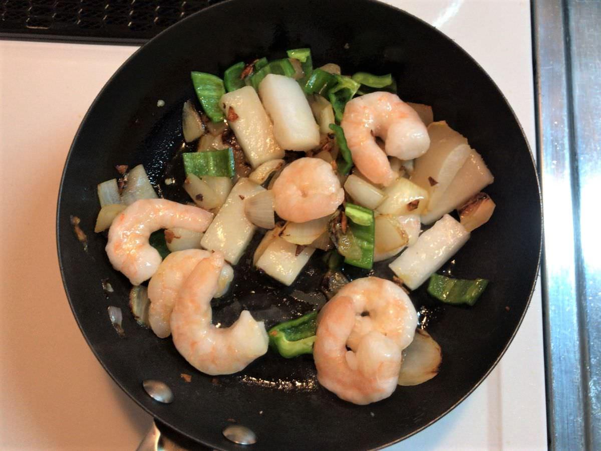 写真:業務スーパー グリーンカレーの缶詰を作る 野菜とシーフードを炒める