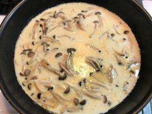 写真:フライパンに豆乳を入れ、味つけ