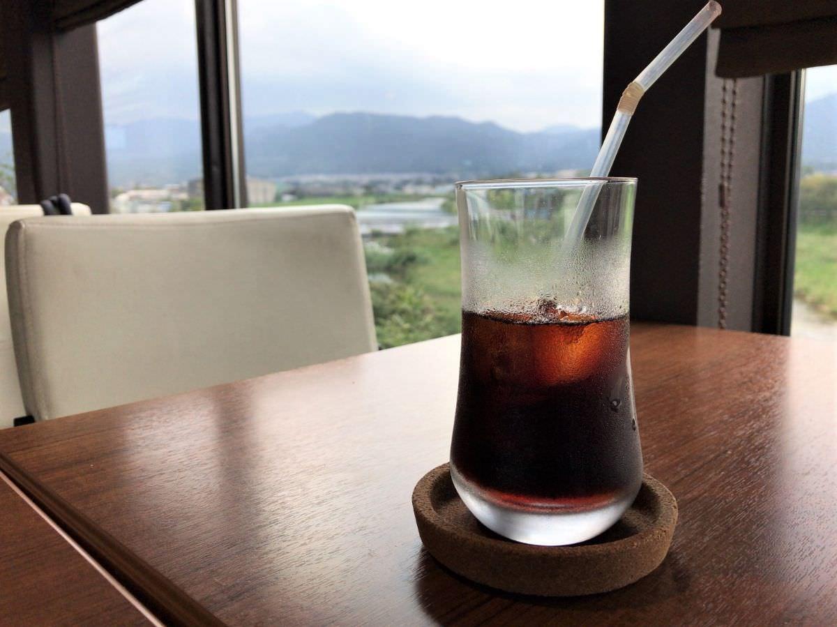 写真:福岡 早良区 BLUE JAM 2階のカフェスペース 室見川を見ながらコーヒーを飲む