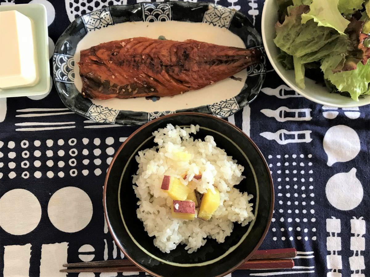 写真:さつまいもごはん 焼き魚とあわせました