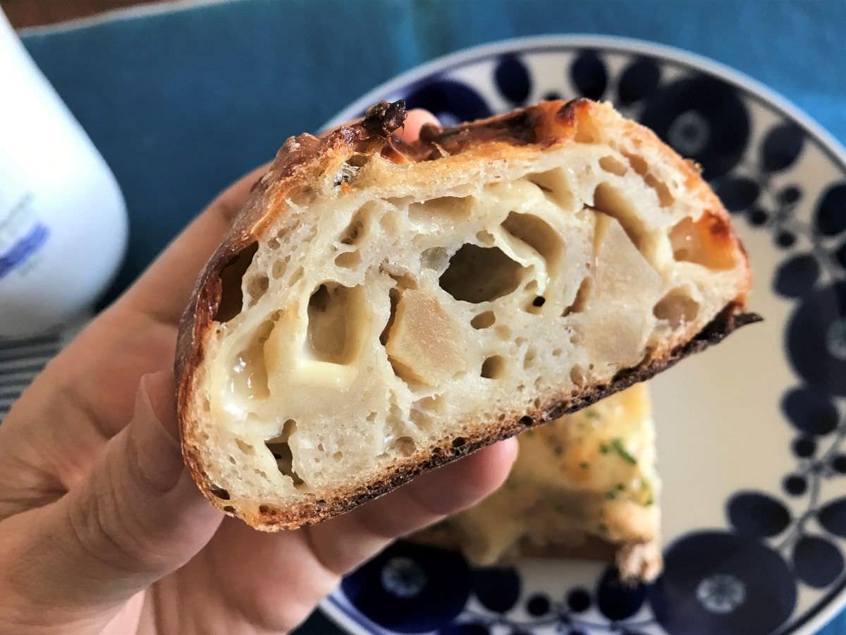写真:福岡市西区 コンティニュー ジャガイモとチーズのパン 断面