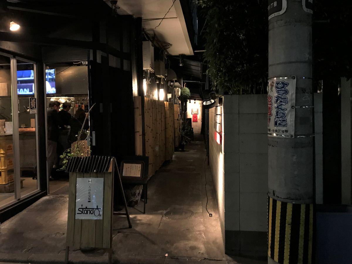 写真:福岡赤坂 小野の離れ 入口の路地