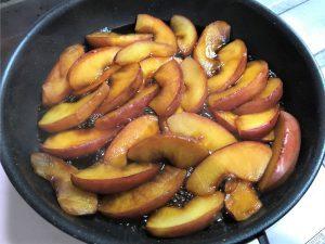 写真:りんごを入れて10分ほど、まだ汁気が多いです