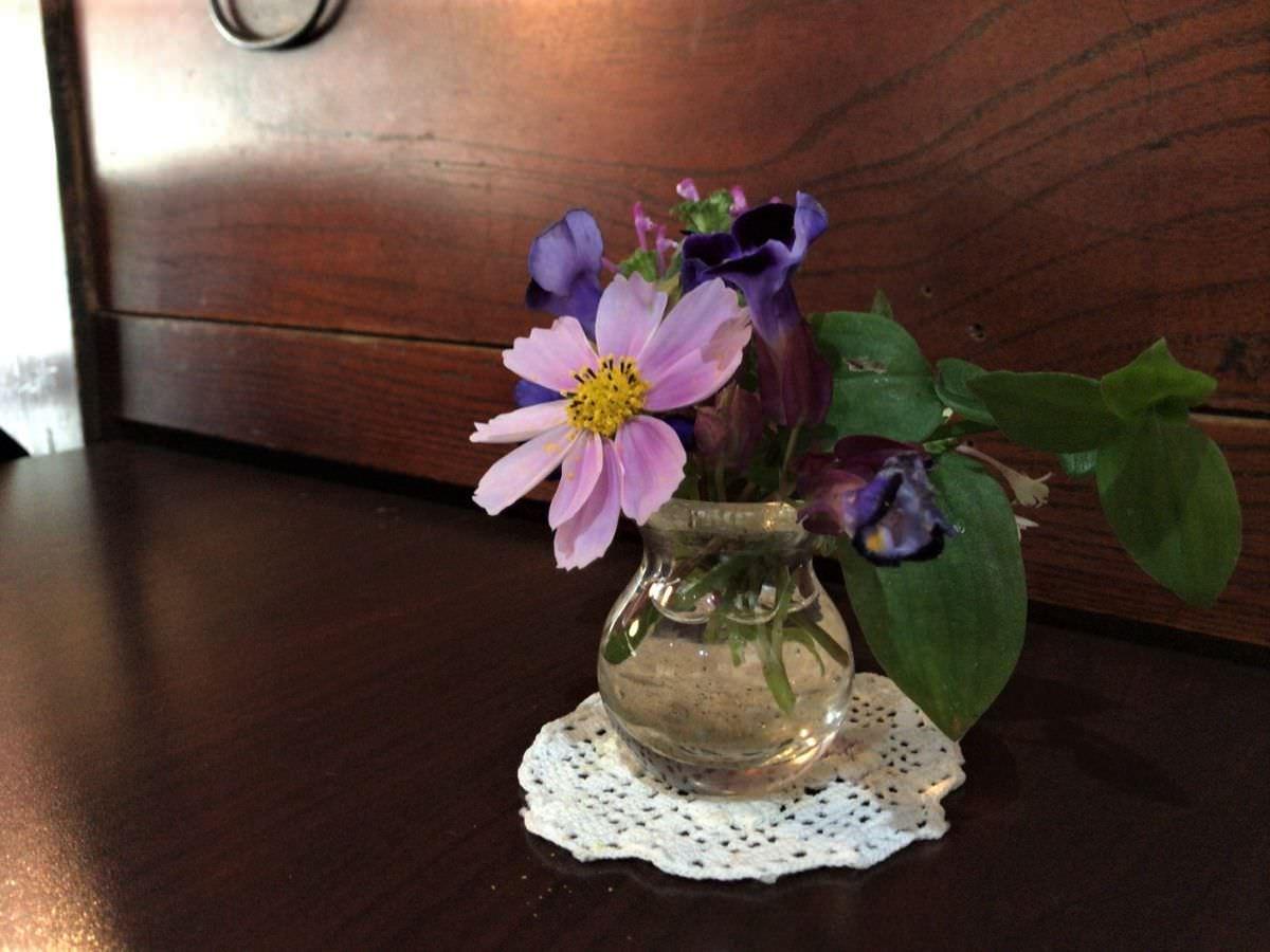 写真:福岡糸島 そば処山崎 テーブルの花