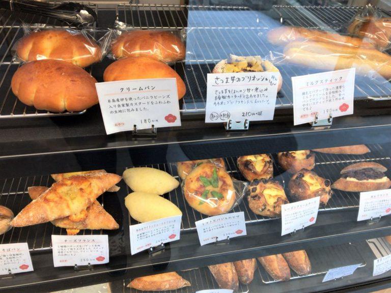 写真:福岡糸島 梅ヶ枝製パン所 パンの並ぶ棚