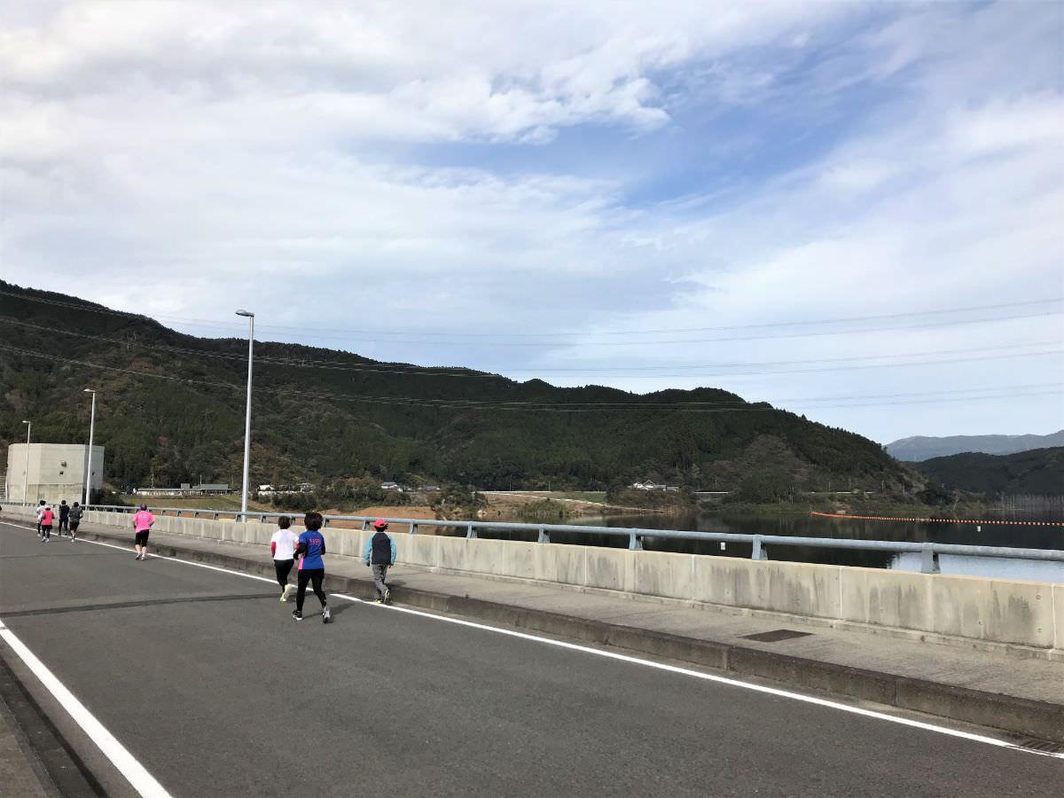 写真:富士しゃくなげ湖ハーフマラソン コースの様子